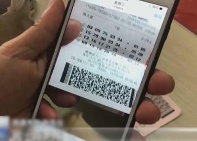 张男拍下中奖彩票的照片,并上载到社交媒体分享。