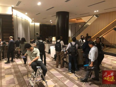 媒体已陆续抵达酒店,为希联胜选或败选记者会做准备