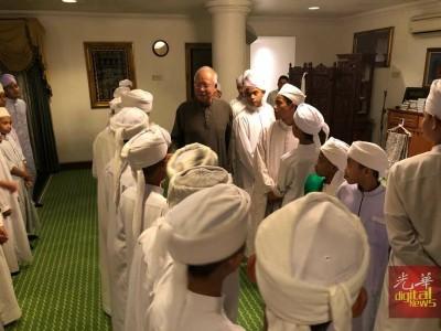 纳吉迎接宗教学生一起祈祷,一同开斋。