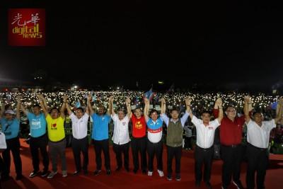 林冠英(右6)、曹观友(右5)和一众希联国、州议席候选人一起高举双手。