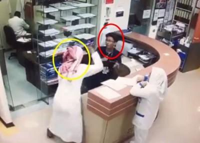 男护士(红圈)无辜被疑似病人的男子(黄圈)连番刀斩。