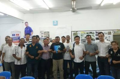 胡栋强承认败选后,在其竞选中心与团队合照。