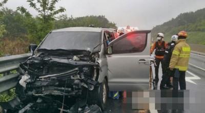 《独立回来了》制造单位以高速公路上同卡车相撞。