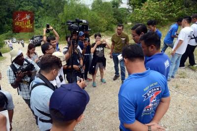 邓章耀带领媒体代表上山后,在现场召开记者会。
