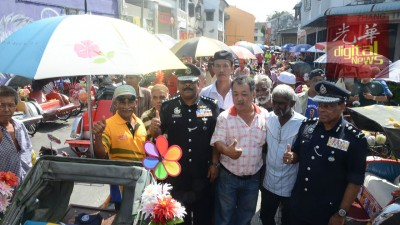 直达威甘(遭逢)因三轮车夫是公安部的搭档伙伴。(右一也)阿尼尔。
