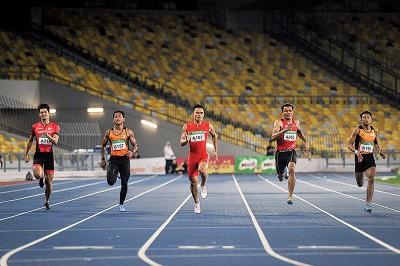 佐纳登尼巴(中)击败凯鲁哈菲兹(右)等人登上200米冠军宝座。
