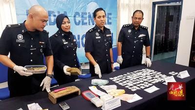 莫哈最后伊峇和警官展示警方起获的价值更2万令吉海洛因及大麻以及1万3450令吉现金。
