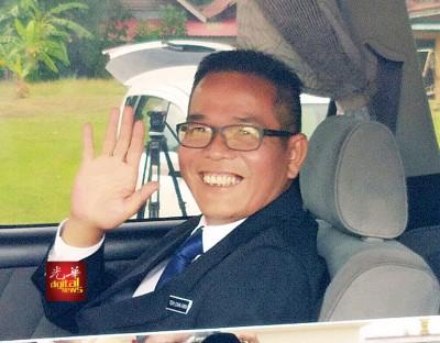亮知丁宜州议席的马华州议员郑再安先后一个由皇宫出来,于车中向媒体招手微笑。