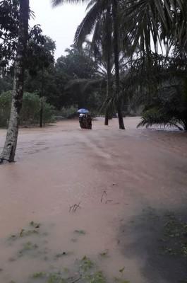 直弄郊区甘榜沙拉巴鲁淹水,消拯人员将灾民救出。