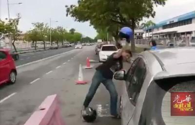 嫌犯以头盔砸破轿车大镜。