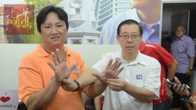 吴宝昌(左)遭人冒名投票,向林冠英投诉。