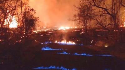 科学家于现场察看到地表的分裂中出现蓝色火焰。