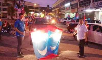林桂亿(右)及黄思敏公正车队主持挥旗礼。
