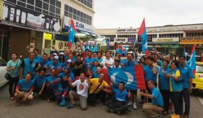 公正战车队队员呼吁全民一起团结结束巫统及国阵霸道政权。