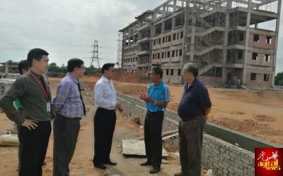 正天兴(被)巡视关中新校舍工程,刺探进展。左起为陈沺菘、蔡若峰、陈新德与詹辉辉。
