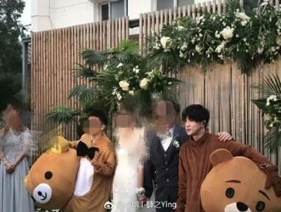 薛之谦陪着新人举办婚礼,最后还一起合照留念。