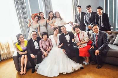 阿娇同先生与出席婚宴的亲友大合照。