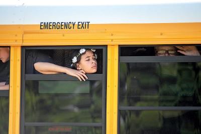 校外有多部学校巴士将学生接走。(法新社照片)