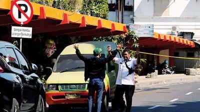 派出所以泗水警察总部遇袭后于邻近地区加强搜查。