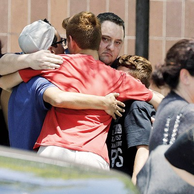 学生和亲友重聚后拥抱。