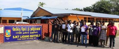 众家长质疑学校管理层报大数贪污,在校门外 抗议。