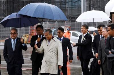 这是马哈迪在上月出任第7任首相后的首次出国访问。