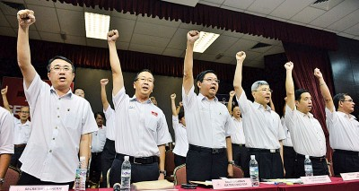 马袖强(右3)和邓章耀(左3)均为败选负责,不再寻求捍卫全国和州主席职,后民政党时代谁领风骚?左1和2分别是梁德明和刘华才,右1和2则是槟民政州委吴洑安和胡栋强。