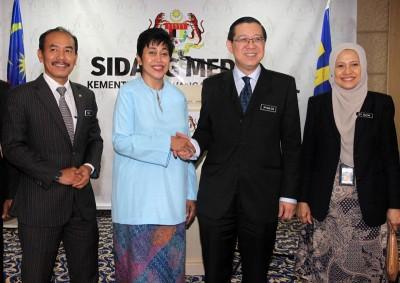 林冠英(右)恭贺诺珊霞受委为第9任国家银行总裁。