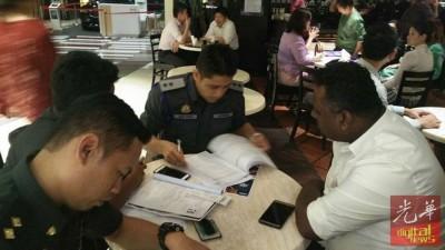 贸消部人员接获投诉后到餐厅调查,指示解释。
