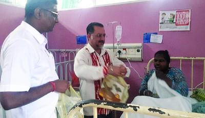 精日星及雷尔发布开斋节礼物予医院内的病人。