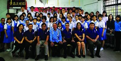 吉南觉全民校友会颁发4300令吉奖助学金给会员子女和母校考获华文科特优学生。
