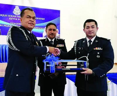 拿督沙哈布丁(中)见证阿利斯(右)与原任本同县警区主任法兹里进行职权移交仪式。