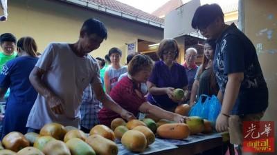 大众挑选购买木瓜。