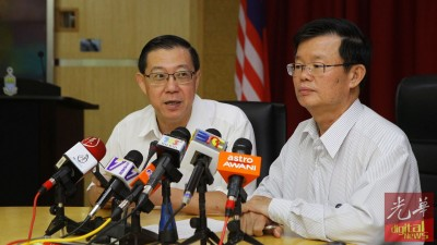 财长林冠英(左)在槟首长曹观友陪同下,宣布希望基金截自周日早上9时30分,已达2700万令吉。