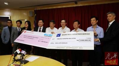丹斯里陈国平(左5)和拿督尤瑞庆(左4)在众人陪同下移交支票予财长林冠英(右4),并由槟首长曹观友为见证(右3)。