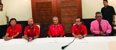 敦马哈迪(左3)会见吉打希盟领袖进行闭门会议,左起为陈国耀及慕克里,右起为伊斯迈沙烈及阿兹曼。
