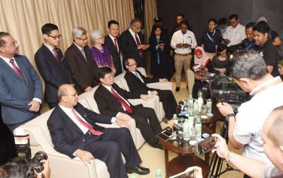 槟首长记者会,坐者左起法力占、曹观友及刘子健。
