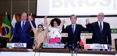王毅(右二)出席在比勒陀利亚召开的金砖国家外长正式会晤。
