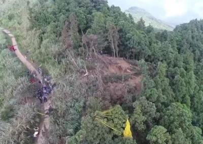 搜查救人员发现大型机体残骸。