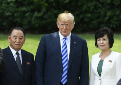 金英哲(左)与特朗普(中)会面时,要求美方协助朝鲜开发赌场。(法新社照片)