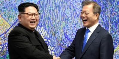 文在寅(右)拟以互不侵犯承诺,安抚金正恩(左)。