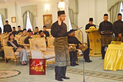 8名州议员遵从拉惹的旨意,接受拉惹钦点拿督斯里阿兹兰为州务大臣的决定。