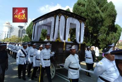 柔太夫人宋卡阿还拉灵柩由护灵队护送出新山大王宫。