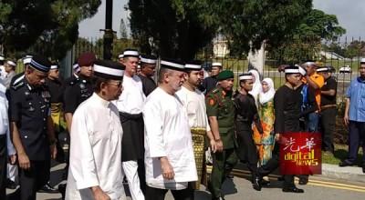 柔苏丹依布拉欣皇帝(受)徒步护送柔太夫人宋卡阿还拉灵柩车。左为文莱苏丹博尔基亚,右为柔王储东姑依斯迈。