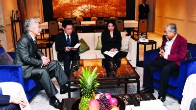 马哈迪周日抵达日本进行3天官式访问,期间接见礼貌拜访的野村控股首席执行员永井浩二。双方进行了深切交流。