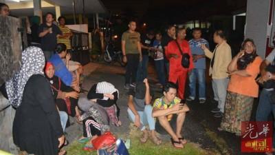 吉打行政议员黄思敏助理艾曼赶到灾区给予援助。