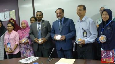 佳日星(右2)分派蜜枣予公务员和媒体,特别祝福穆斯林斋戒顺利。