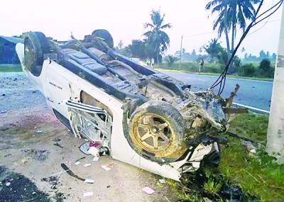 肇祸的货卡车猛撞路边路灯后翻覆。