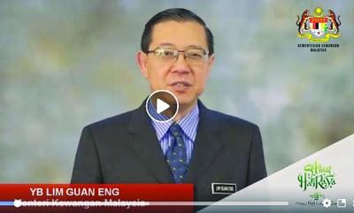 林冠英穿西装、打领带,录制短片祝贺全体马来同胞开斋节快乐。