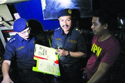 国能派员切断遭警方取缔的暗赌博中心电源。